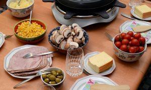 Gedeckter Raclette-Tisch